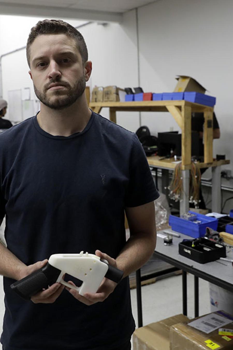Cody Wilson, el creador de las armas 3D, enfrenta una orden de arresto por asalto sexual a una menor.