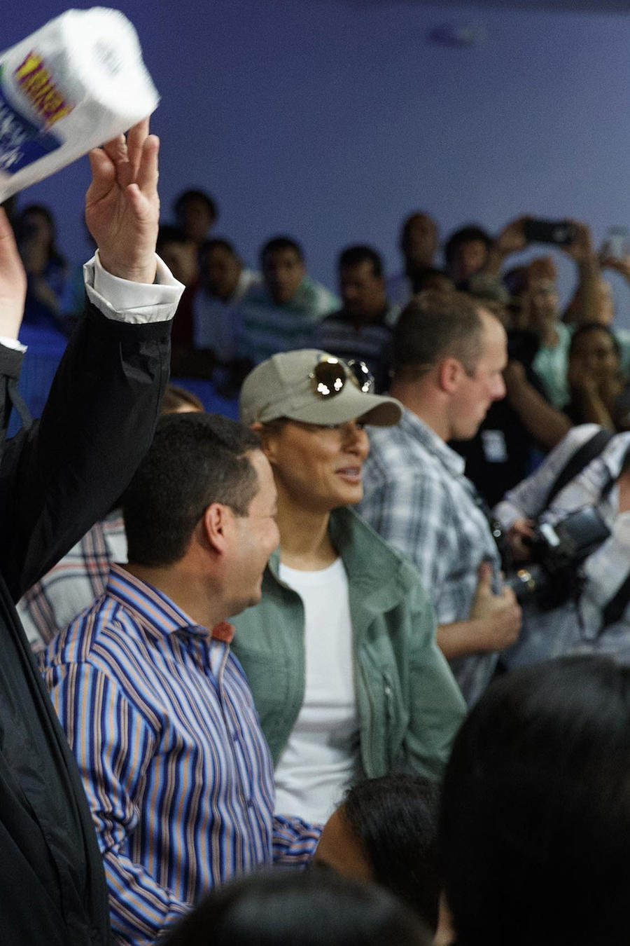 Trump lanza toallas de papel a una multitud de puertorriqueños el 3 de octubre durante su visita a la isla trasl el huracán María.