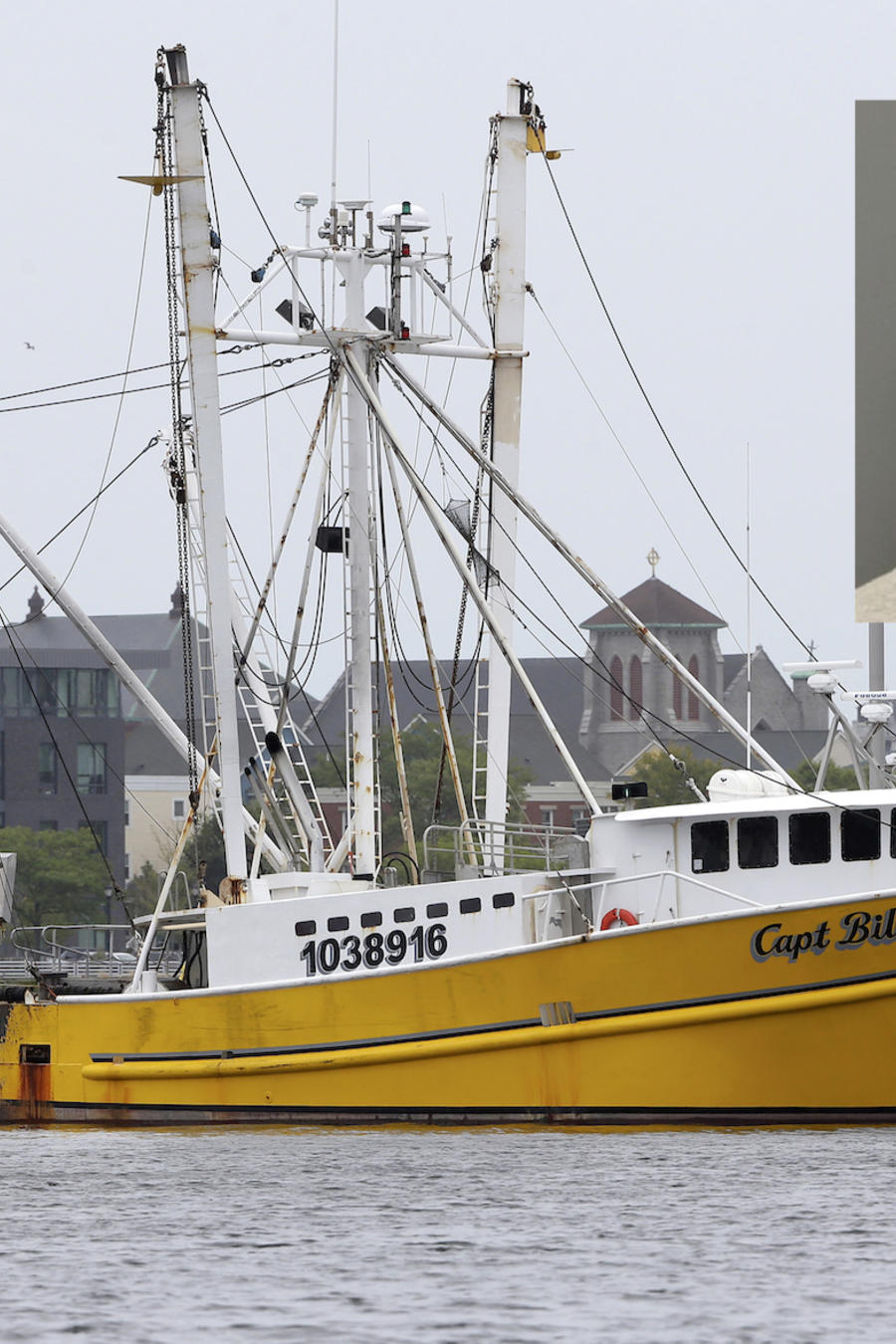 El pesquero Captain Billy Haver amarrado en Boston este martes. A la derecha, foto del sospechoso del ataque.