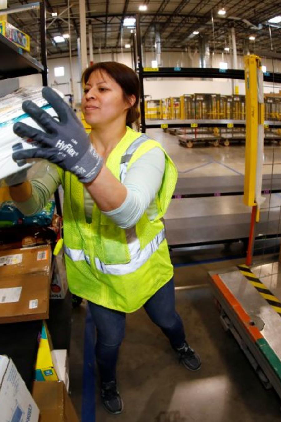 Una trabajadora de Amazon el pasado mayo en Aurora, Colorado.