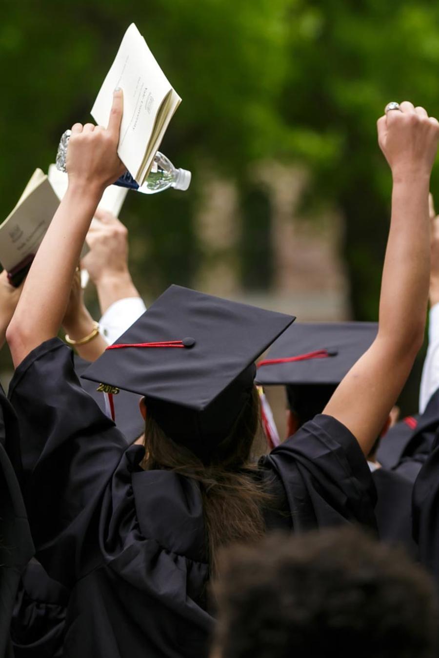 Estudiantes graduándose