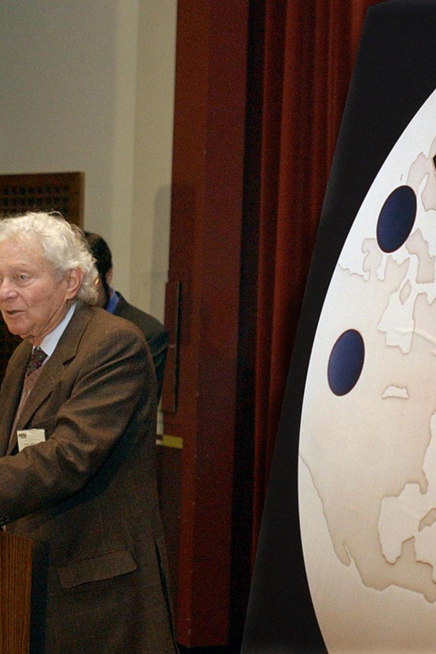 El físico estadounidense y ganador del Premio Nobel Dr. Leon M. Lederman.