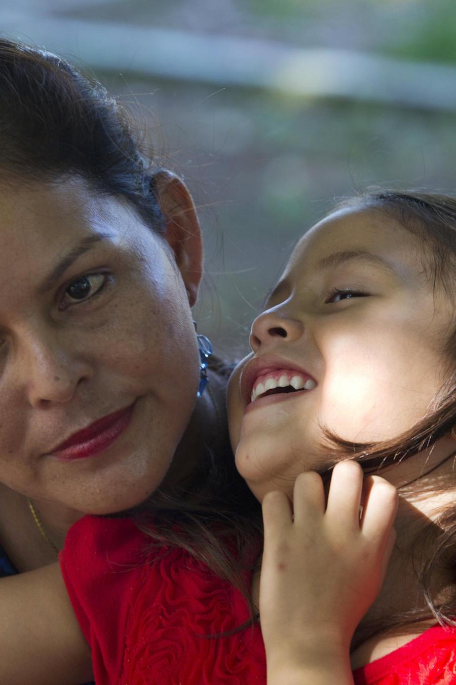 Araceli Ramos sostiene a Alexa en un parque de El Salvador el 18 de agosto de 2018.