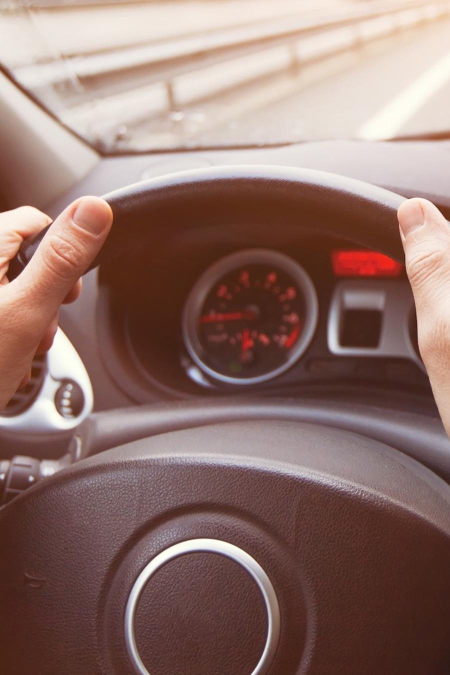 Persona conduciendo carro