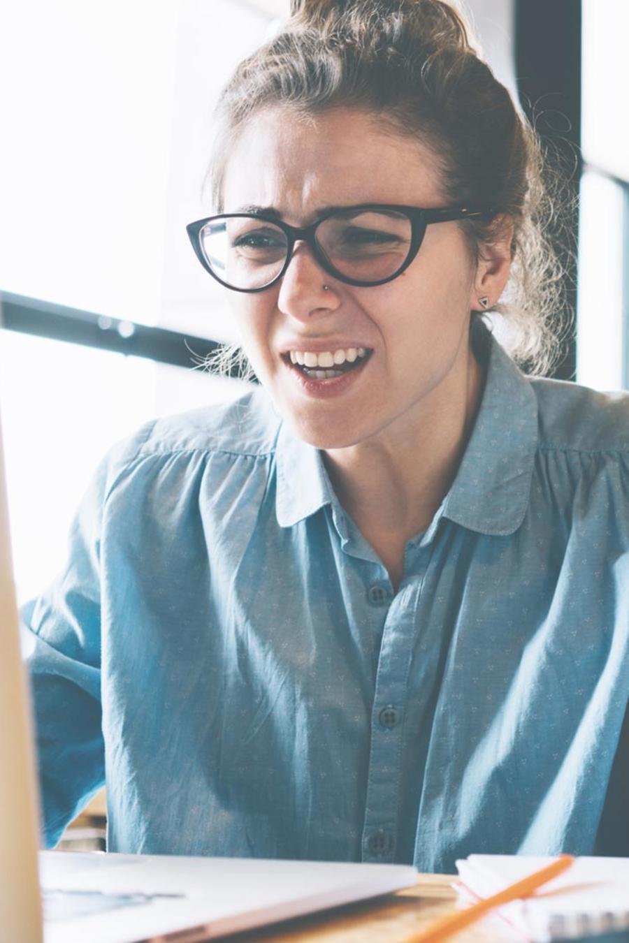 Mujer enojada en el trabajo