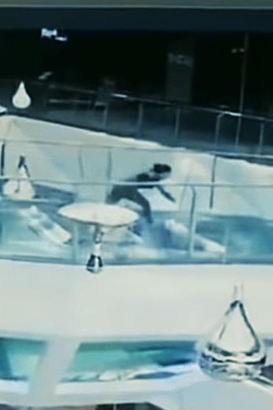 Mujer cae a estanque