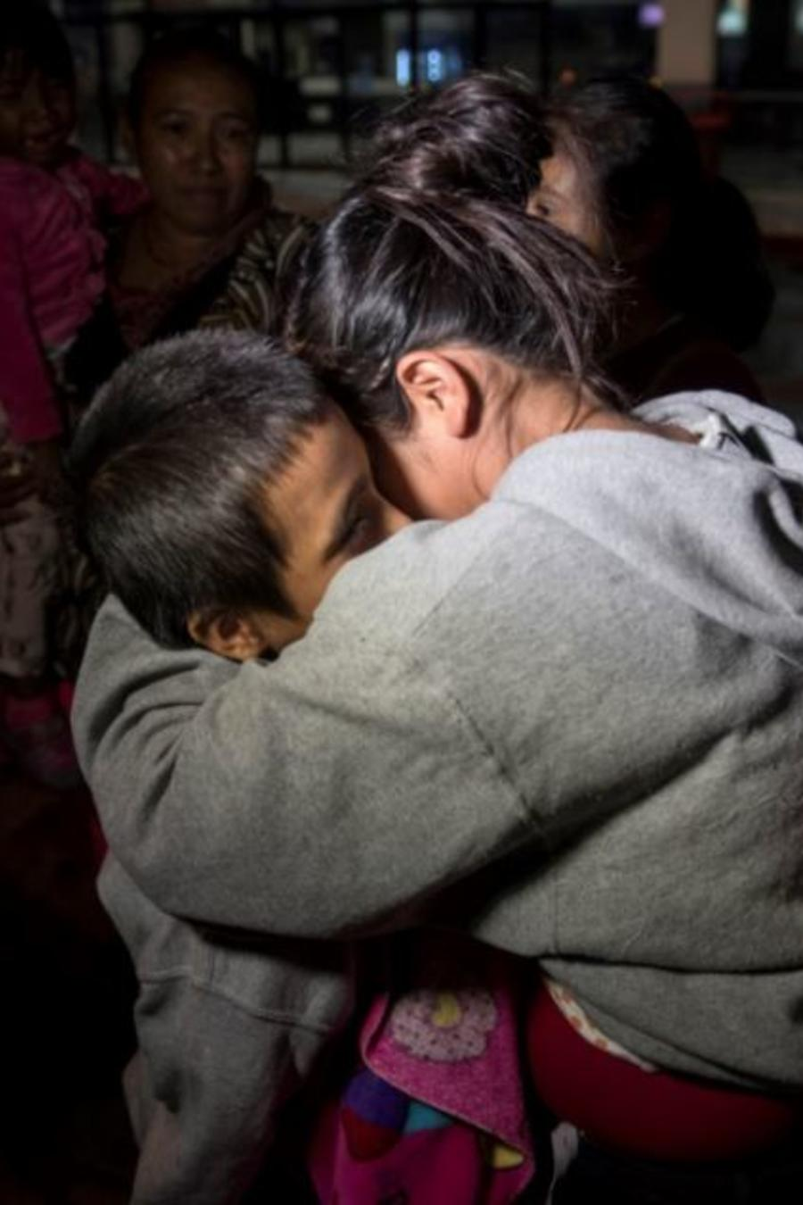 Un menor de 8 años aterriza en Guatemala tras pasar unos meses en un refugio para niños migrantes en EE.UU después de que le separasen de su madre y de que esta fuera deportada.