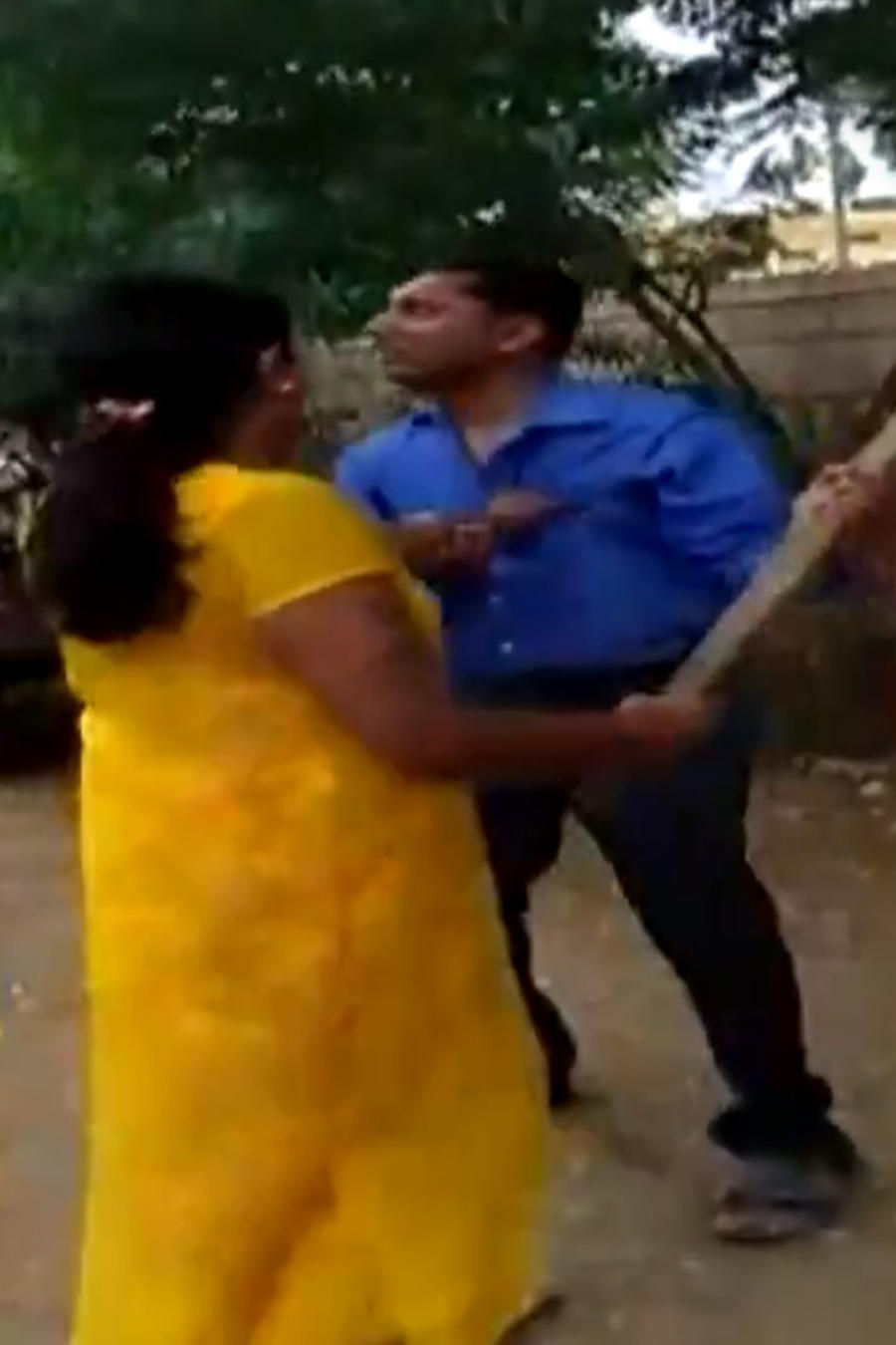 Mujer golpea a banquero