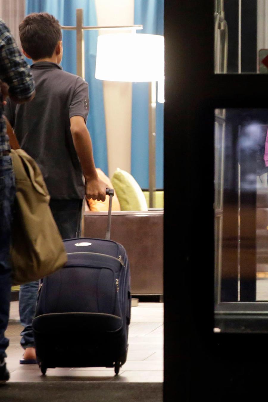 Familias de indocumentados llegan a un hotel de San Antonio, Texas, en una imagen de archivo