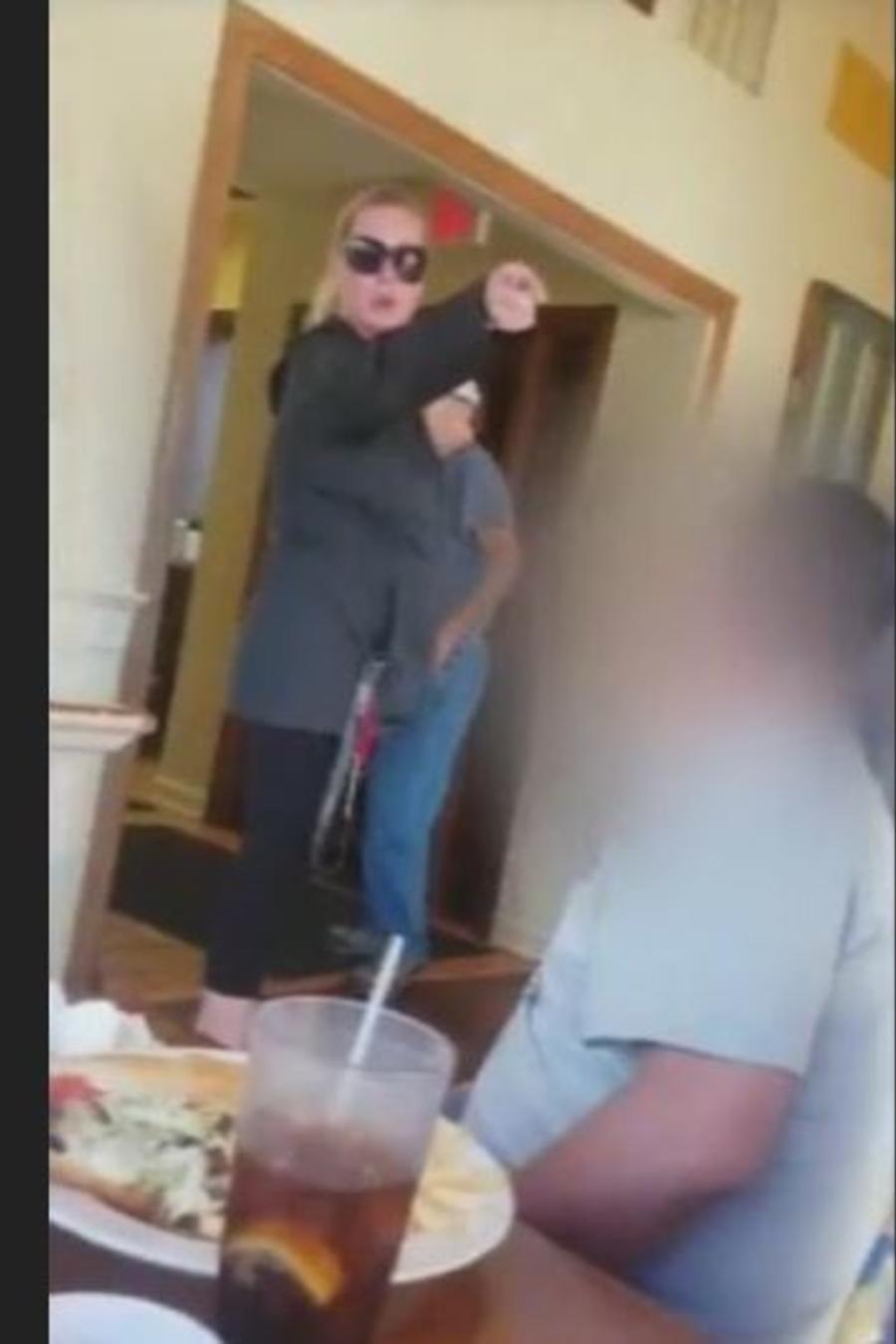 Captura del vídeo que recoge parte del ataque de una mujer blanca a familia latina en un restaurante en Virginia.