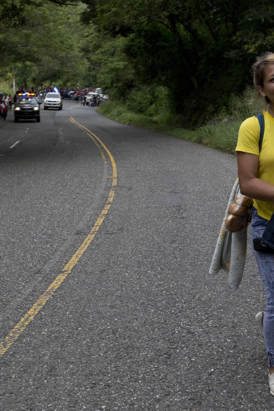 Migrantes de la primera caravana que pasó por la carretera que va de Esquipulas a la Ciudad de Guatemala