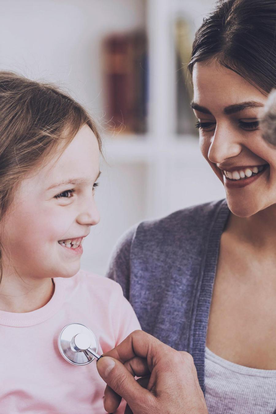 Niña con su madre, en el pediatra