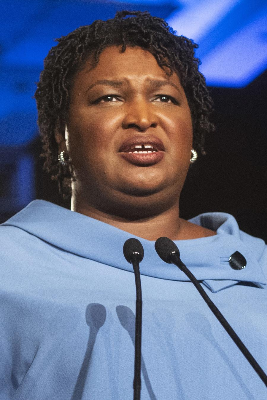 Stacey Abrams, candidata demócrata a la gubernatura de Georgia, dirigiéndose a sus simpatizantes la noche de la elección el 6 fr noviembre