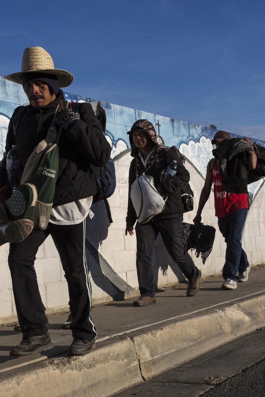 Miembros de la caravana migrante caminan por Tijuana el 20 de noviembre de 2018
