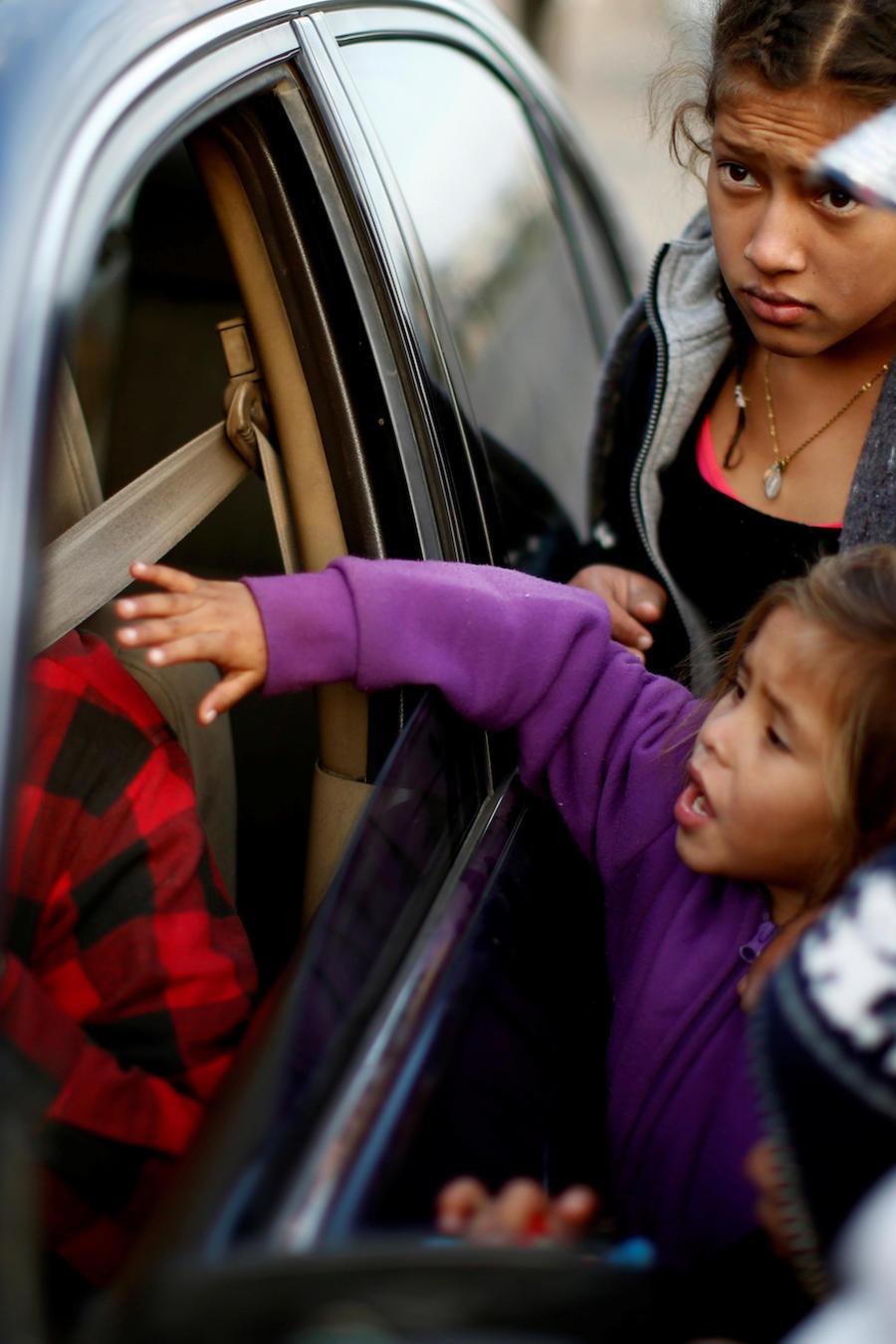 Una familia de inmigrantes, parte de la caravana de centroamericanos, pide este martes a un conductor ayuda para llegar desde Mexicali hasta Tijuana.