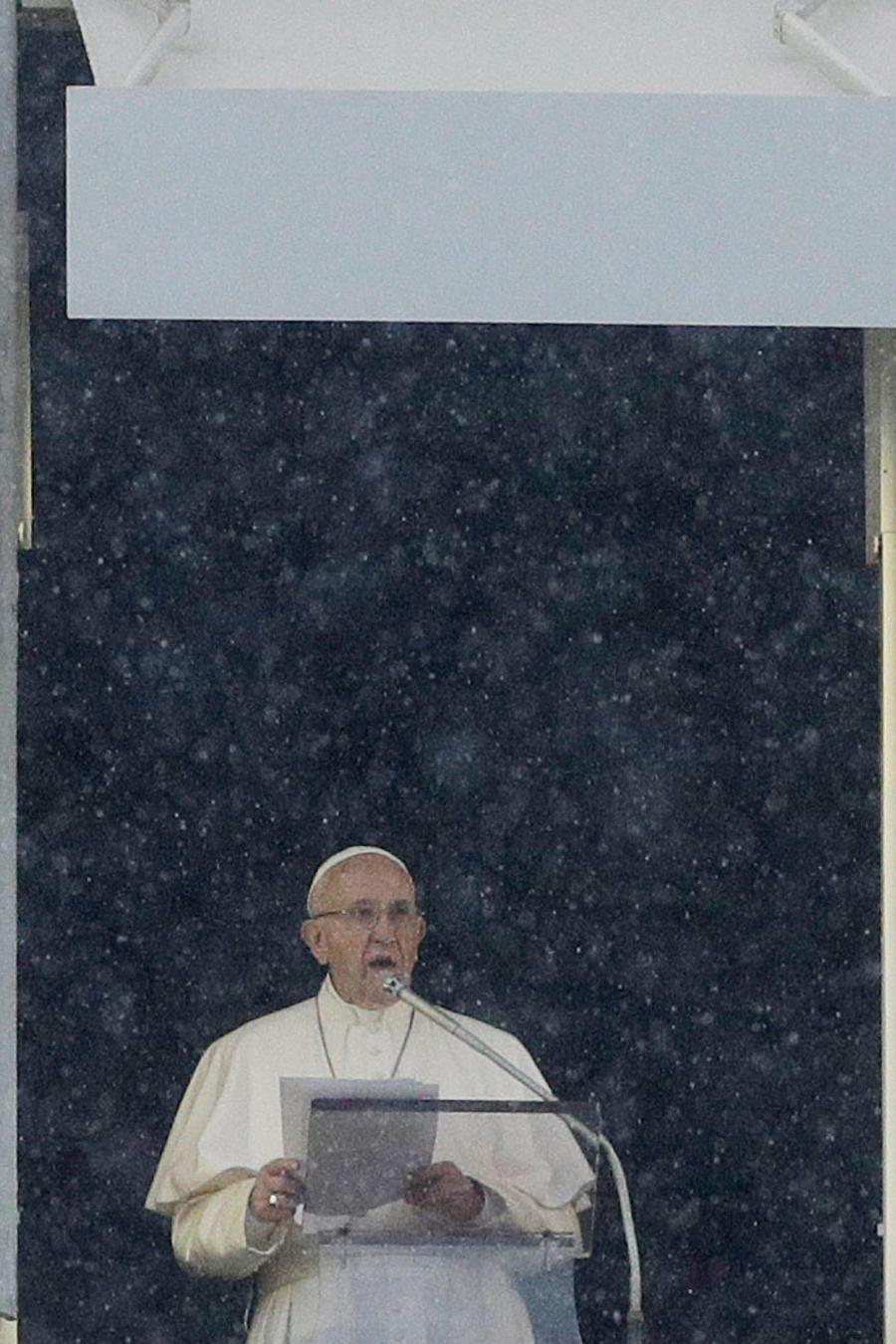 Papa Francisco ofrece su homilía en la Plaza de San Pedro