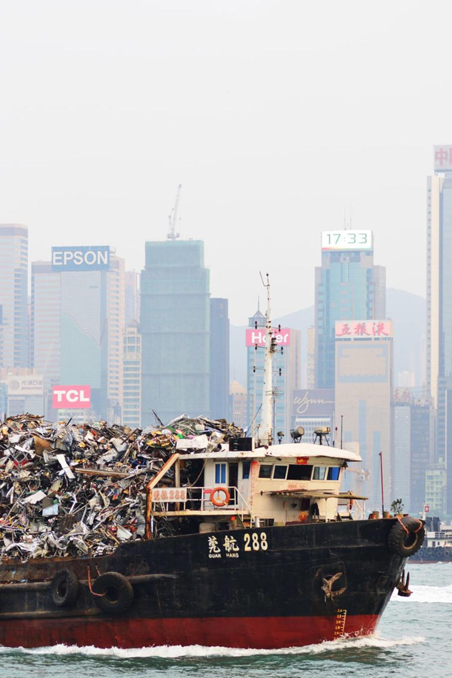 Barco cargado con basura