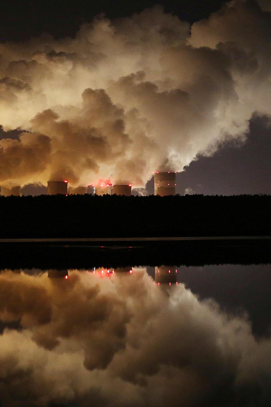 Una fábrica arroja humo a la atmósfera en una imagen de archivo