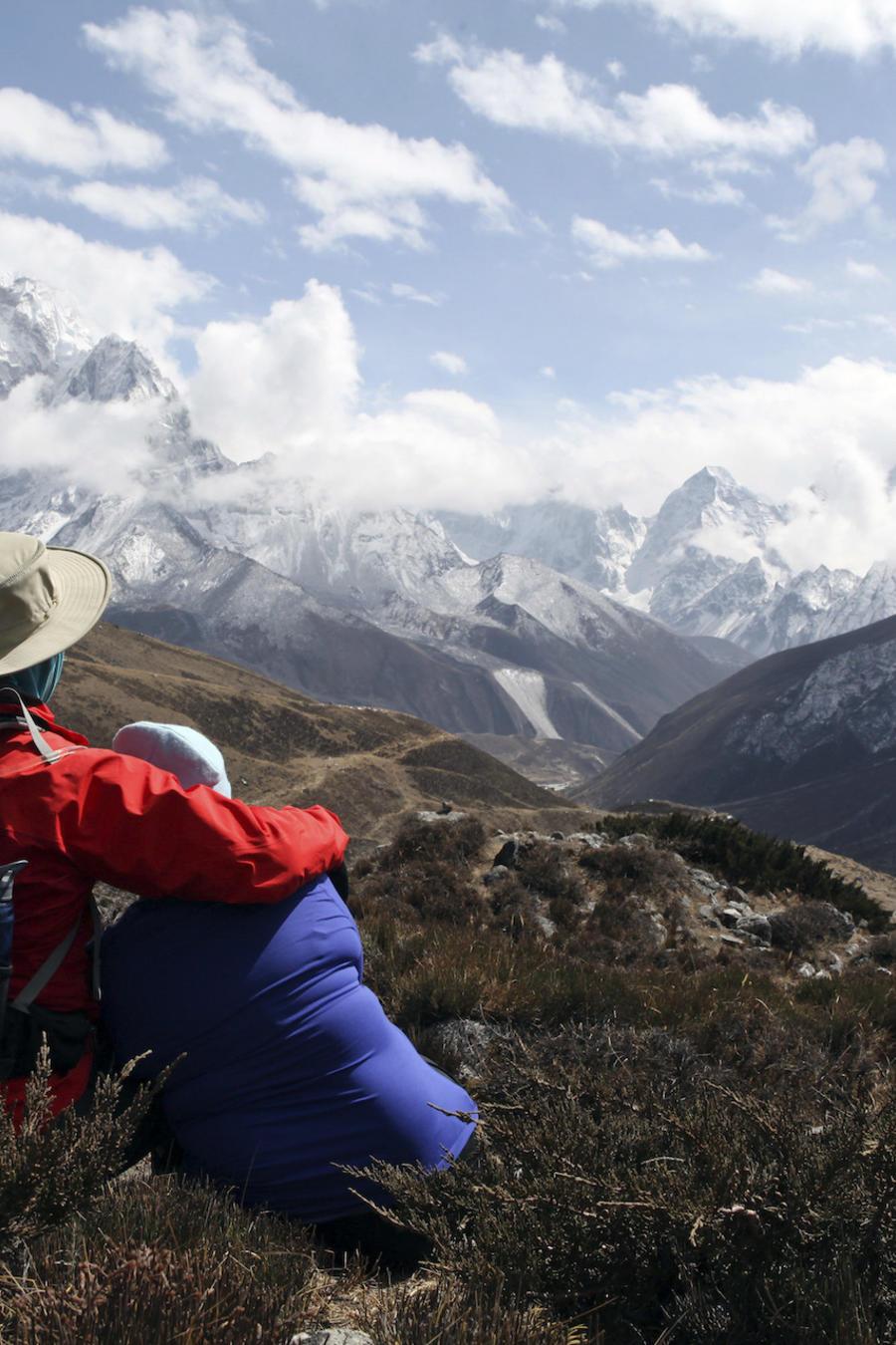 Una pareja contempla los Himalayas en Nepal en una imagen de archivo.