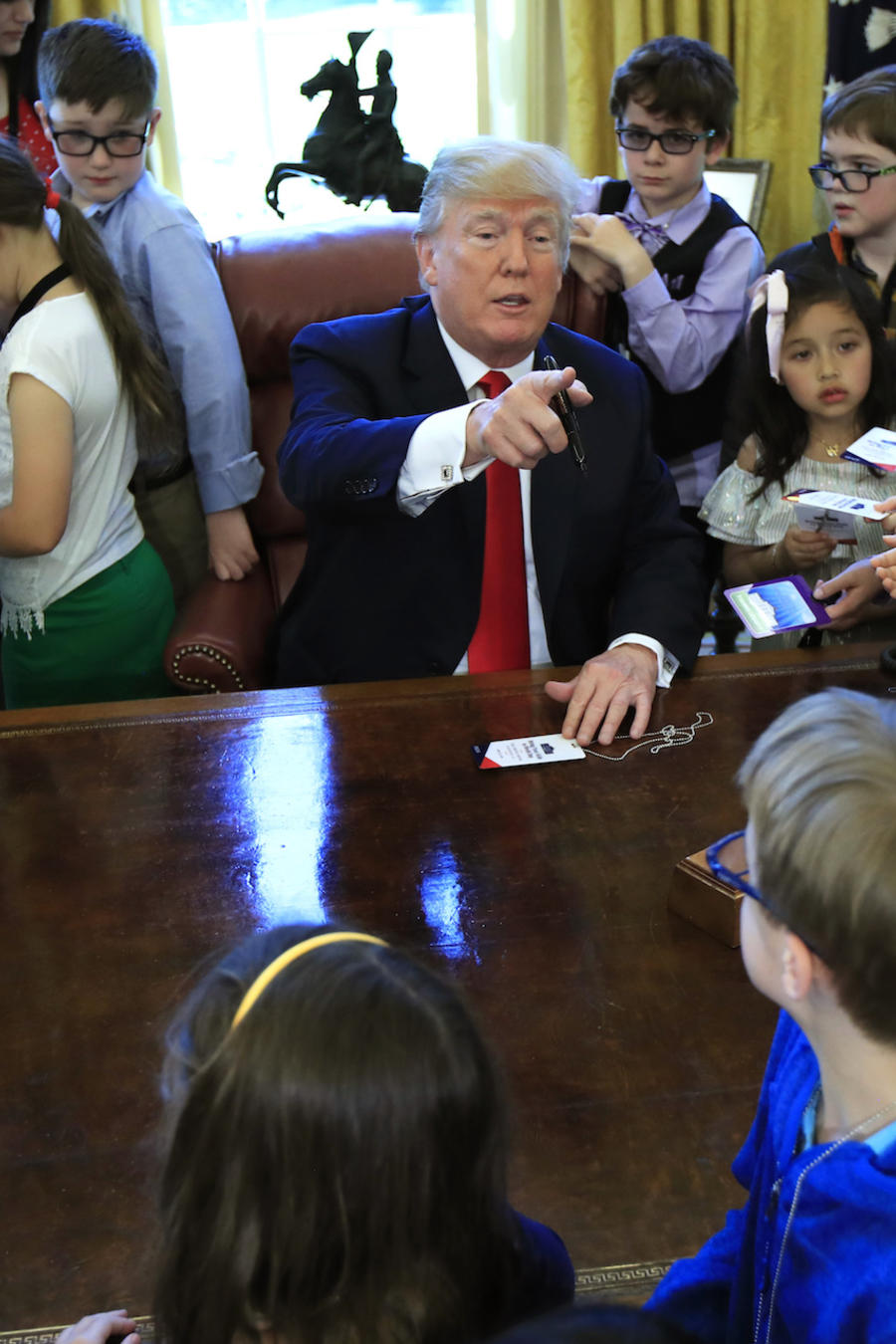 Trump, rodeado de niños en un evento en la Casa Blanca en abril de 2018.