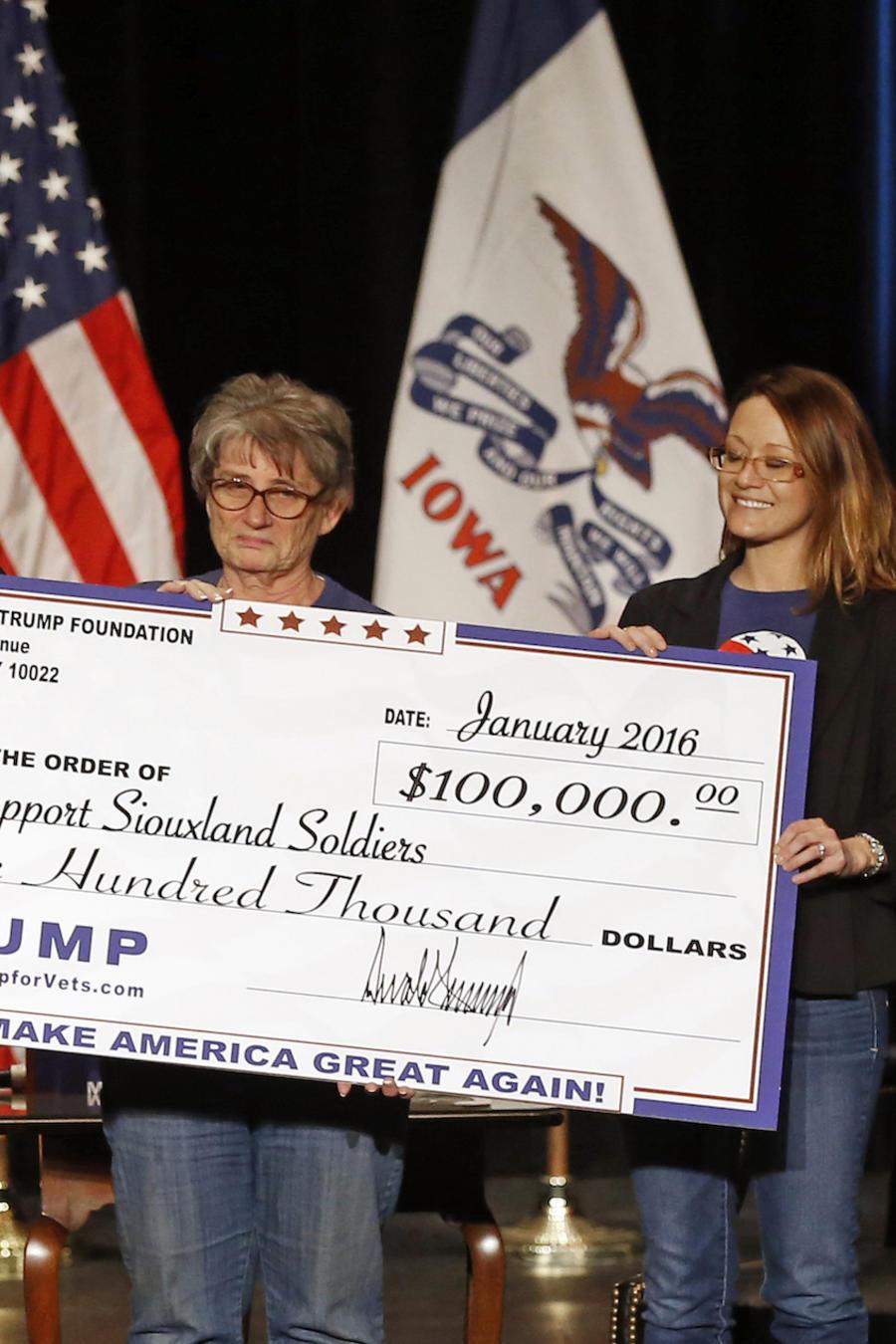 Trump escenifica la entrega de una contribución de 100.000 dólares de su fundación en enero de 2016.