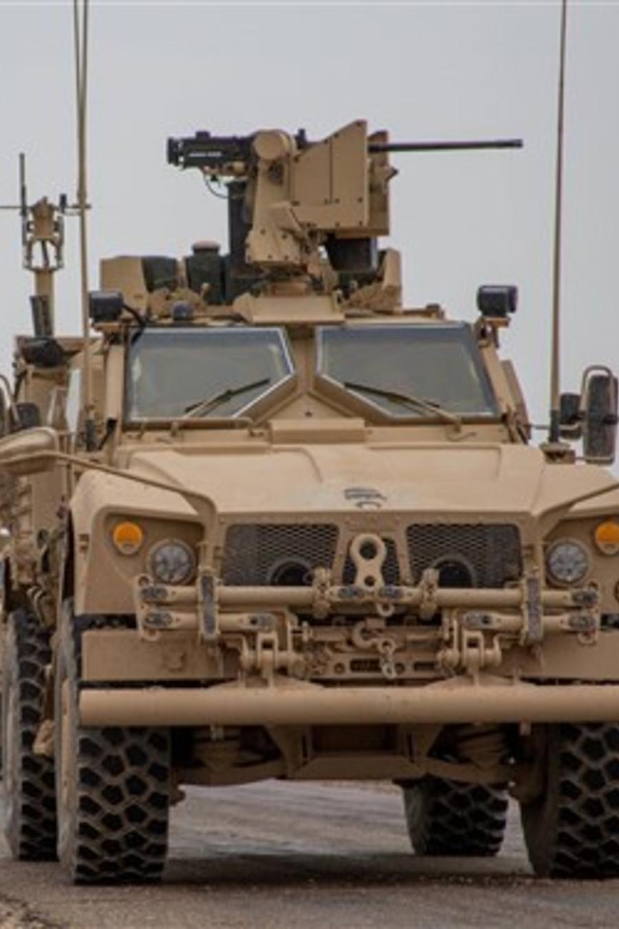 El 22 de noviembre un convoy de vehículos militares en la coalición anti-ISIS viaja en la provincia Deir ez-Zor de Siria/ Archivo de Reuters.