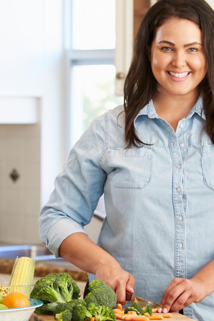 Mujer con sobrepeso cocinando