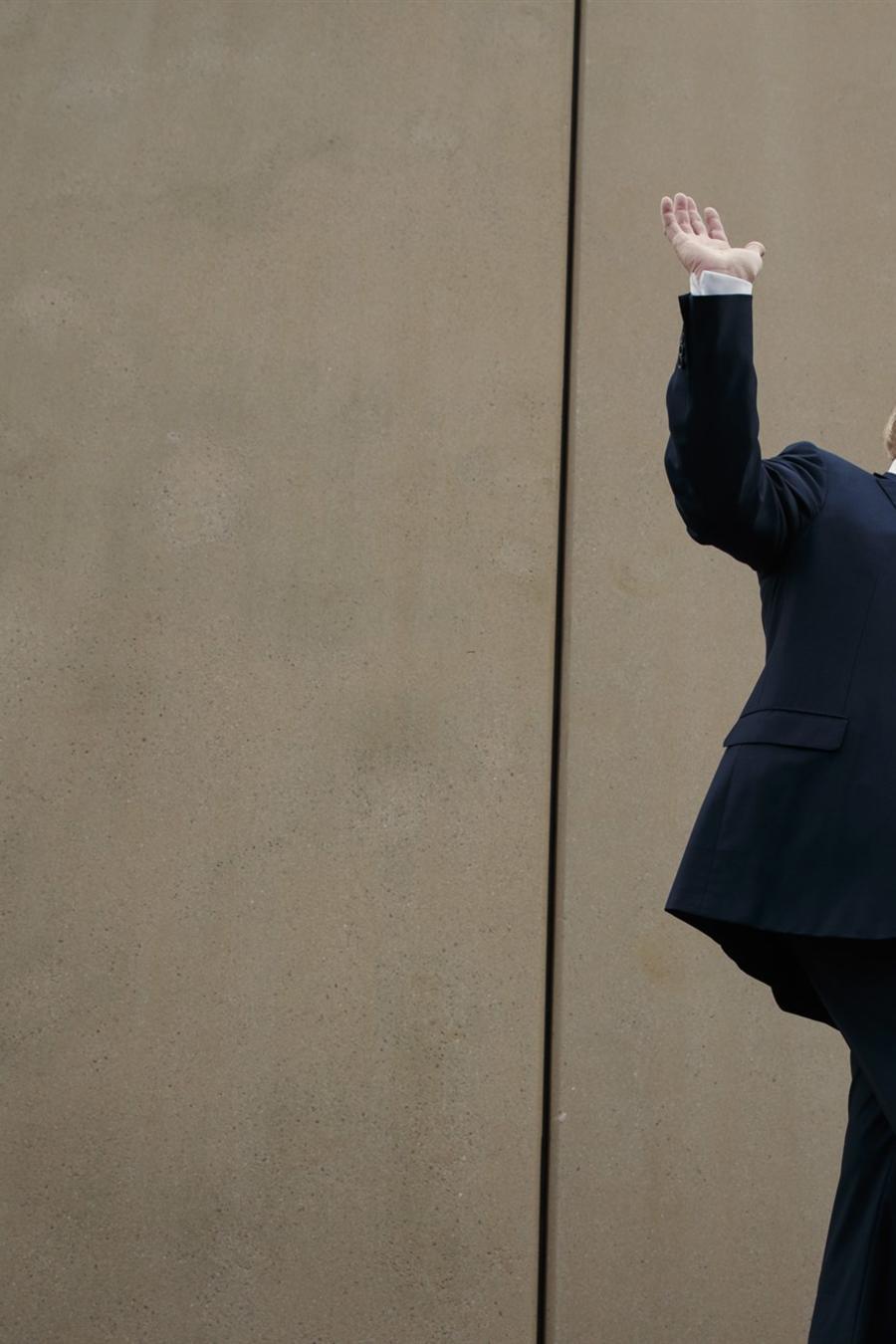 Trump, junto a un prototipo de muro fronterizo que ordenó construir en San Diego, en marzo de 2018.