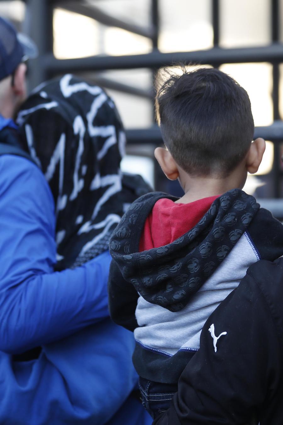 Inmigrantes solicitantes de asilo ingresan a EEUU por el puerto de entrada Otay Mesa de San Diego, desde Tijuana, México en diciembre de 2018