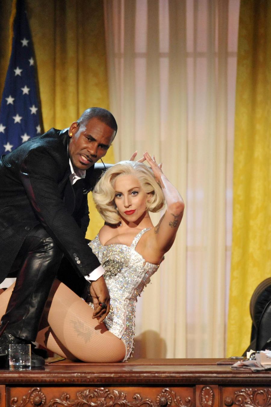R. Kelly y Lady Gaga durante una actuación en Los Ángeles en noviembre de 2013.