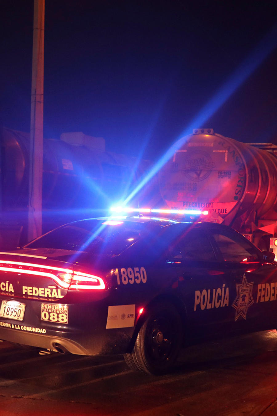 Policía de México custodia un cargamento de gasolina para evitar el robo