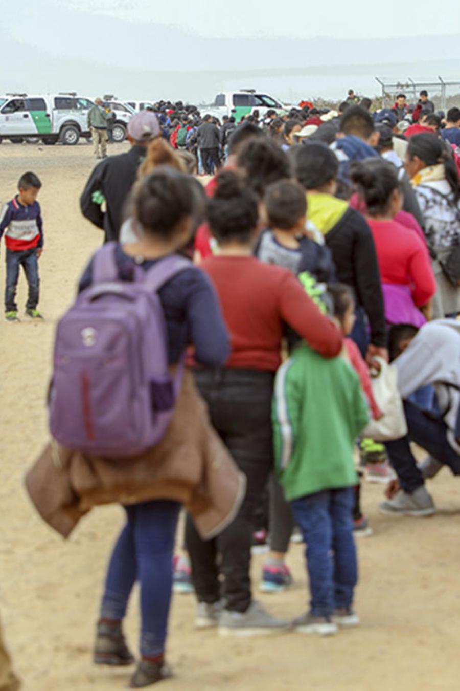 Algunos de los 376 migrantes centroamericanos que fueron arrestados por la Patrulla Fronteriza en el sudoeste de Arizona.