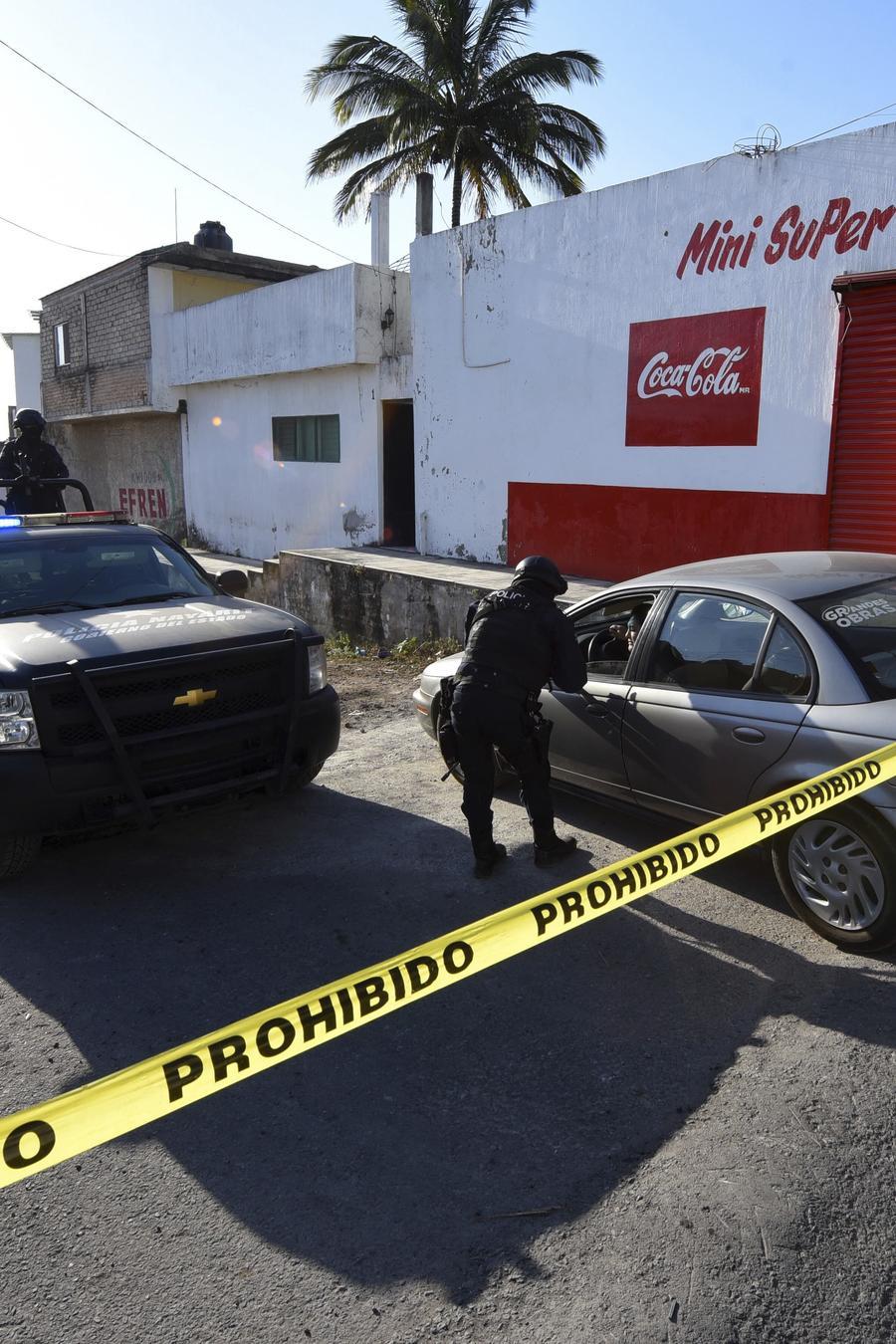 sitio de una balacera en México, resguardado por elementos de la Marina.