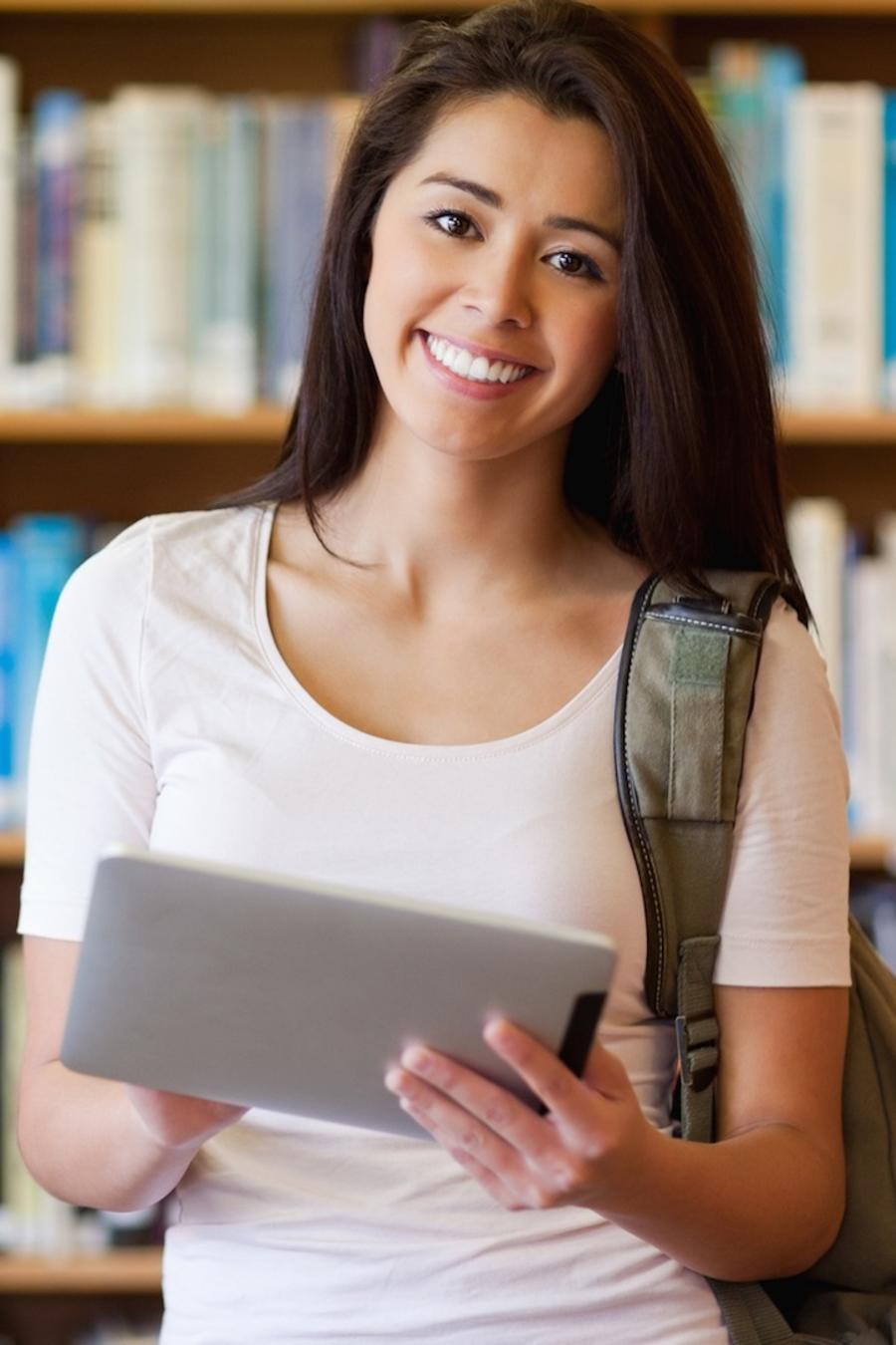Estudiante en biblioteca