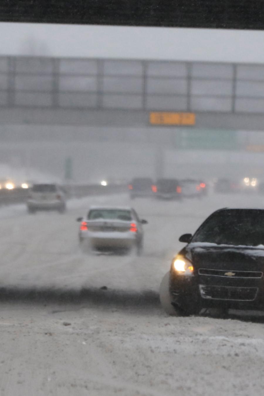 Un vehículo en la carretera interestatal 94 en Detroit esta semana.