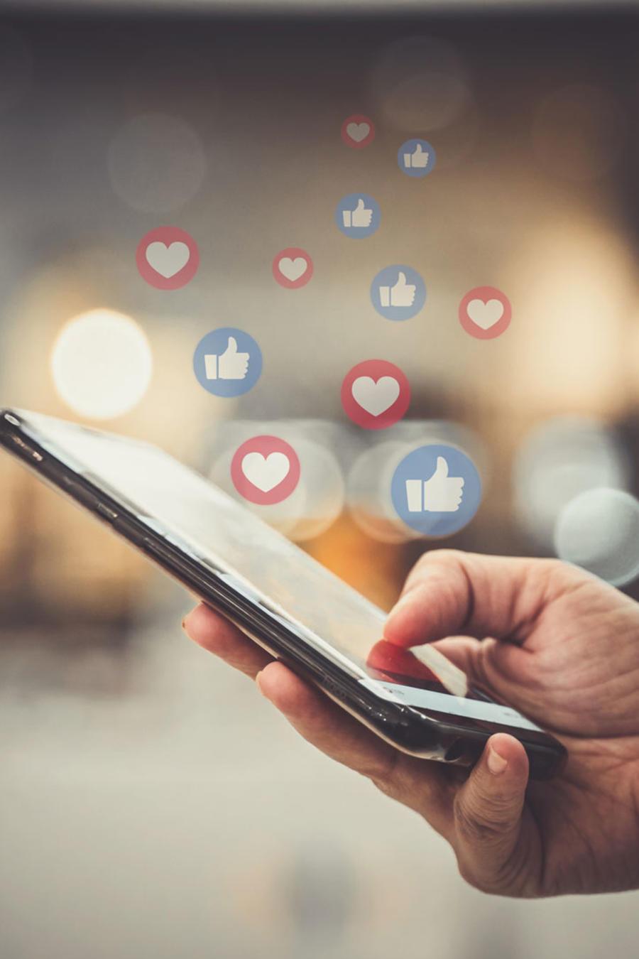 Persona utilizando redes sociales