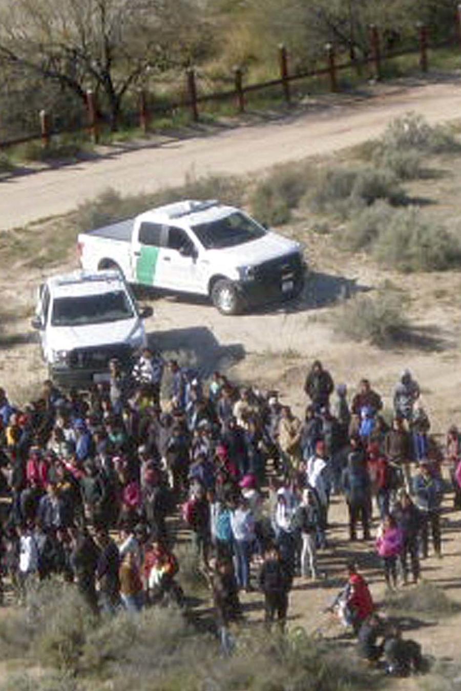 Imagen aérea de un grupo de 325 migrantes capturados en Arizona el jueves 7 de febrero de 2019 tras cruzar ilegalmente a EEUU