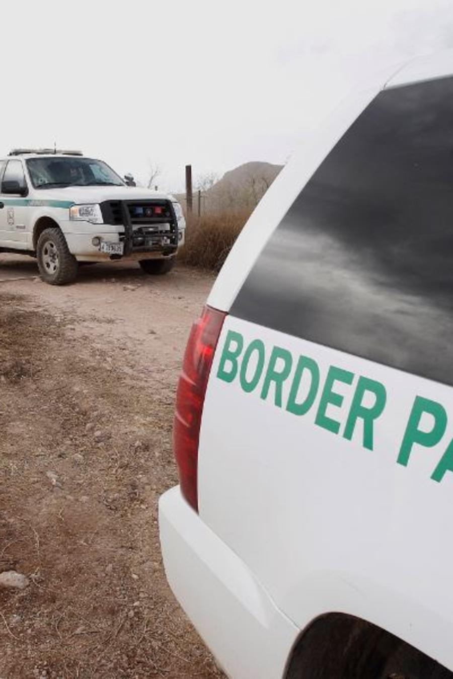 Foto del 16 de diciembre de 2010 muestra vehículos de la Patrulla Fronteriza de EE. UU. que peinan el desierto de Arizona, a unas 10 millas al norte de México, en busca de un sospechoso del tiroteo fatal del agente de la Patrulla Fronteriza Brian Terry.