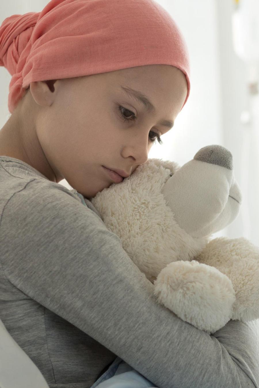 Niña en el hospital con cáncer