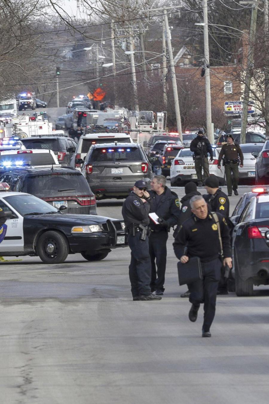 Policía a las afuertas de almacén en Aurora donde fueron asesinadas 5 personas