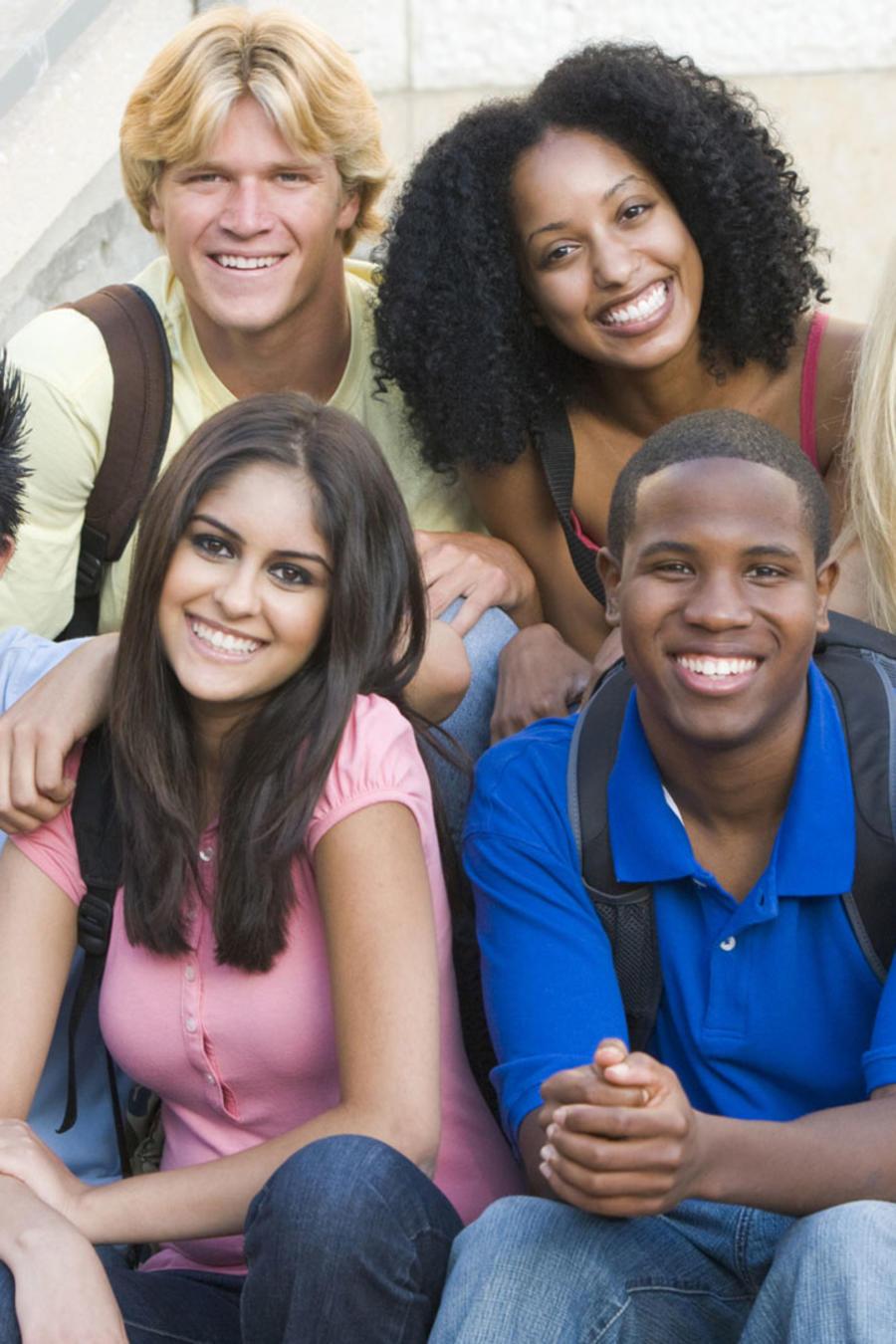 Grupo multiétnico de estudiantes universitarios