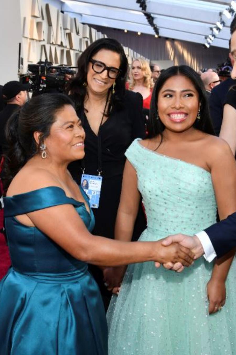 La protagonista de 'Roma', Yalitza Aparicio, junto a su mamá Margarita Martínez Merino y el actor Diego Luna este domingo en el Teatro Dolby de Los Ángeles.