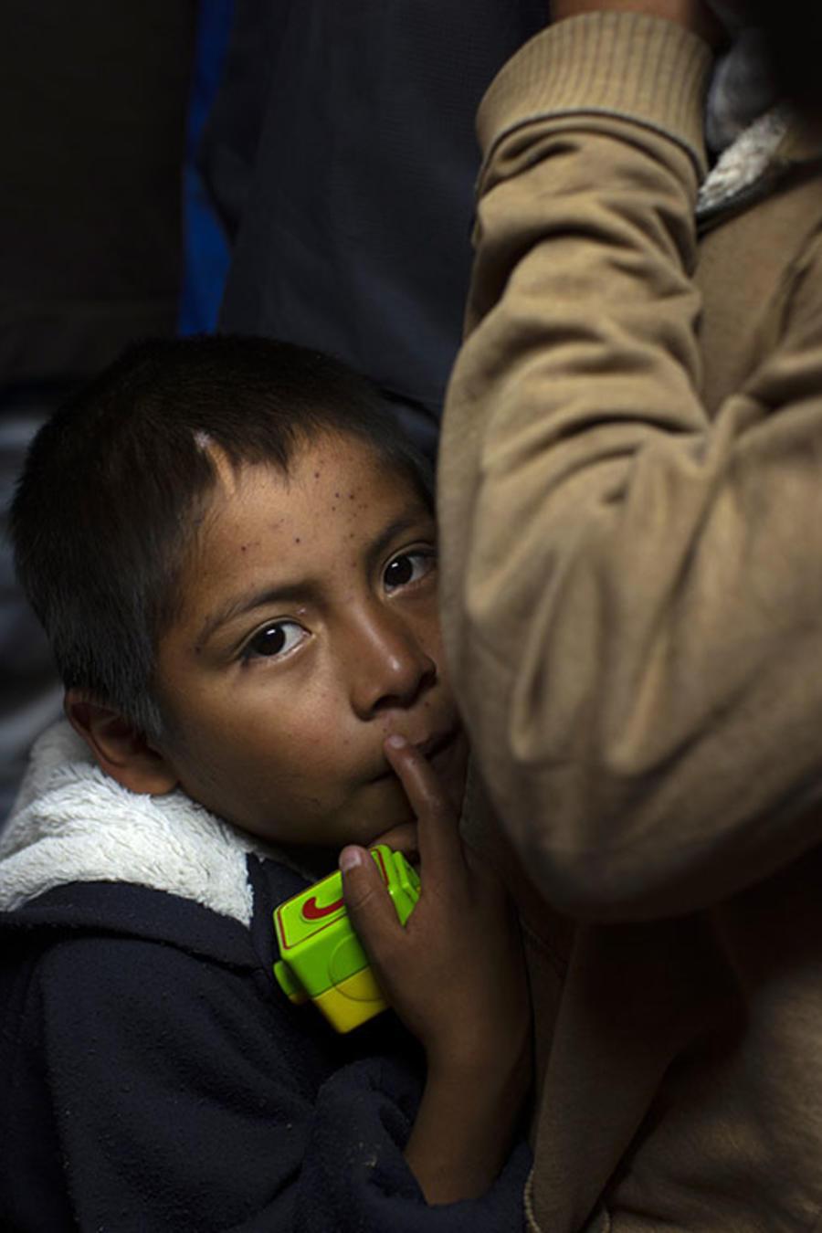 Un niño migrante espera en un albergue en Nogales, México, para iniciar los trámites de petición de asilo en Estados Unidos.