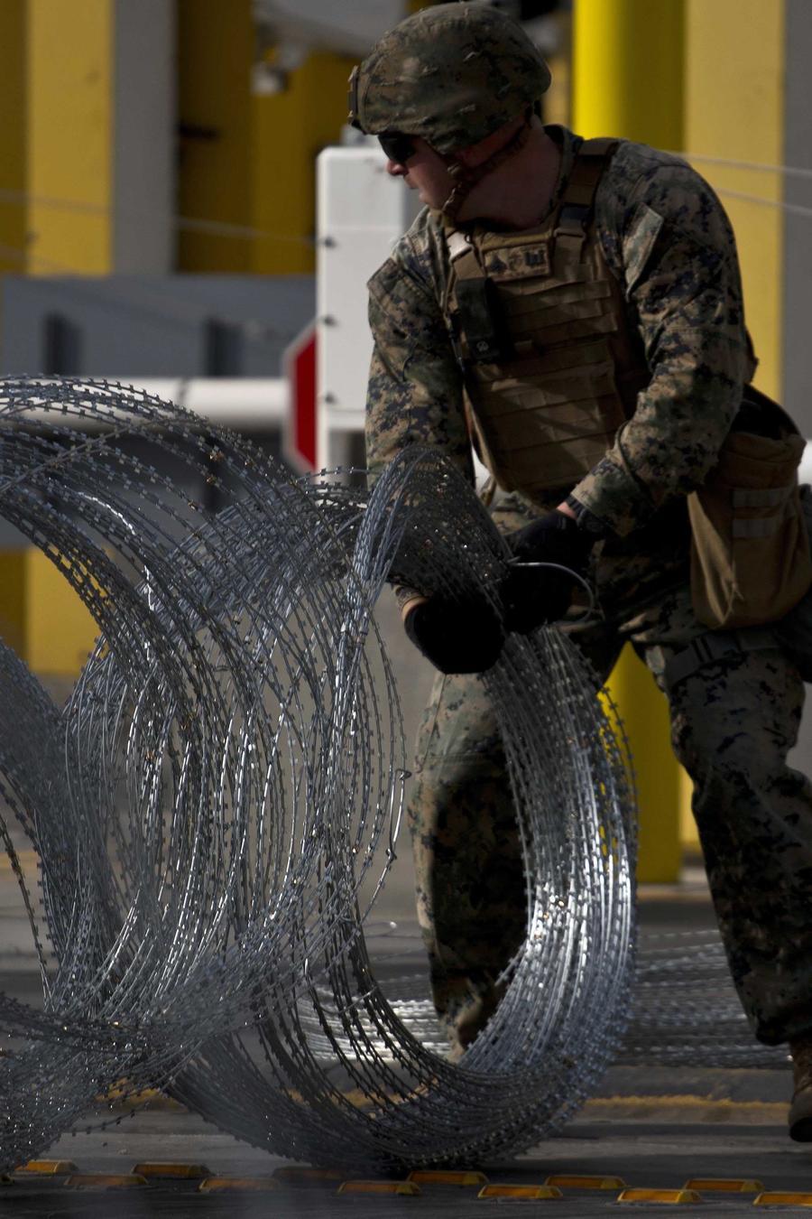 Agentes de EEUU instalan alambre de púas en la frontera entre Tijuana, México y San Diego, California en noviembre de 2018