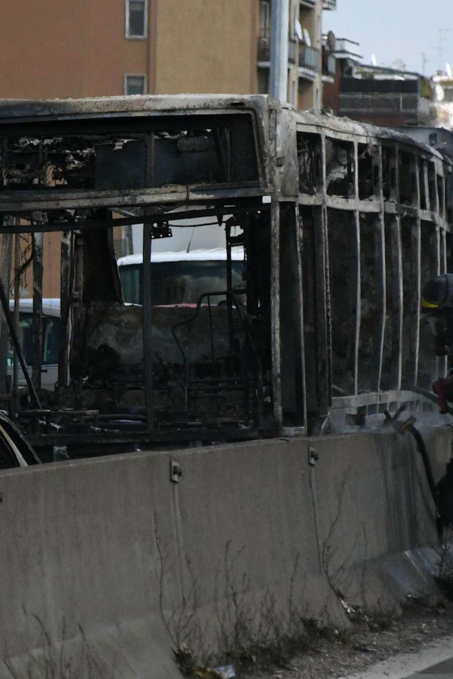 Autobús incendiado este miércoles por su conductor en Milán (Italia).