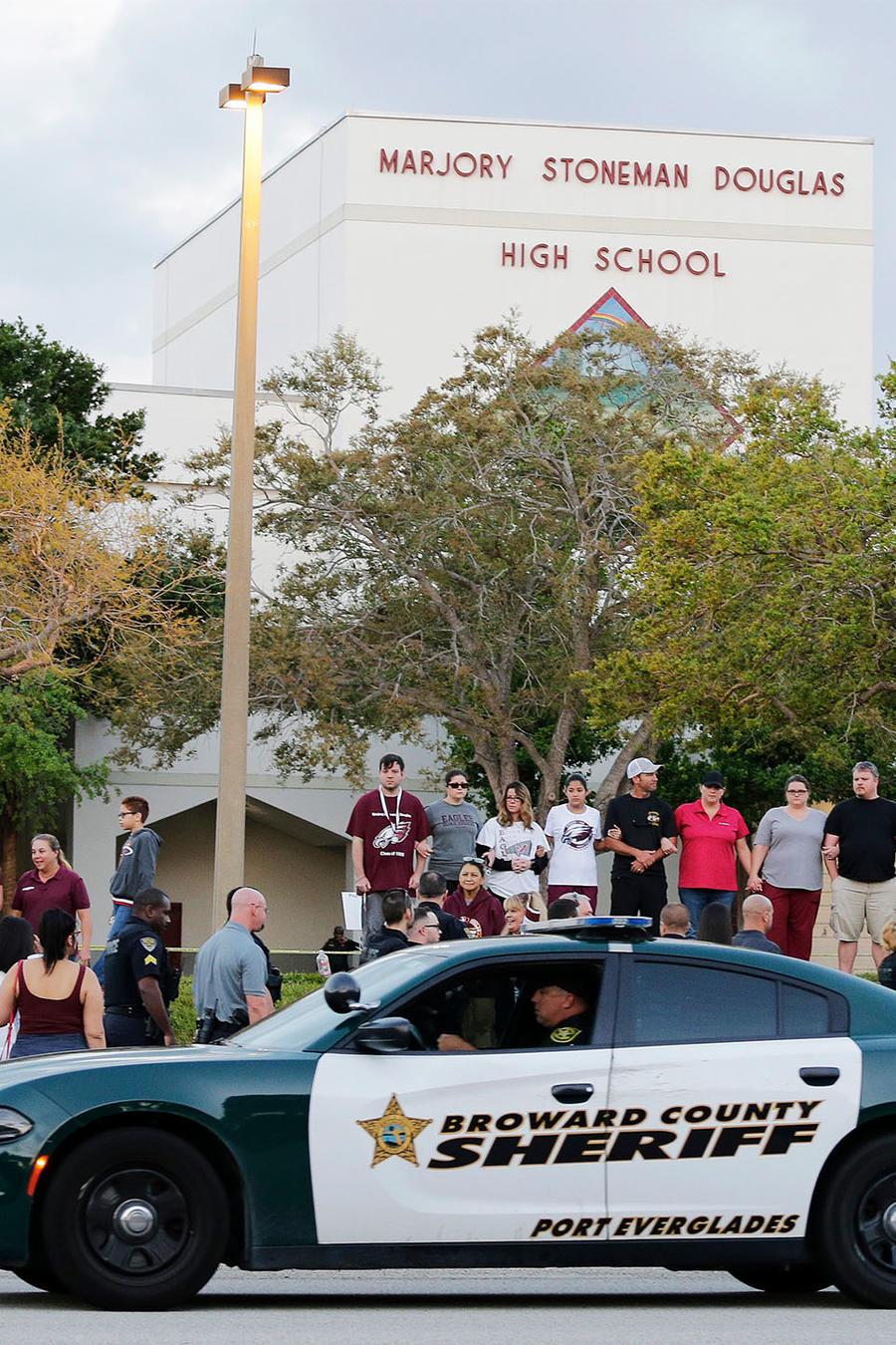 Carro de policía frente a la escuela Marjory Stoneman Douglas.