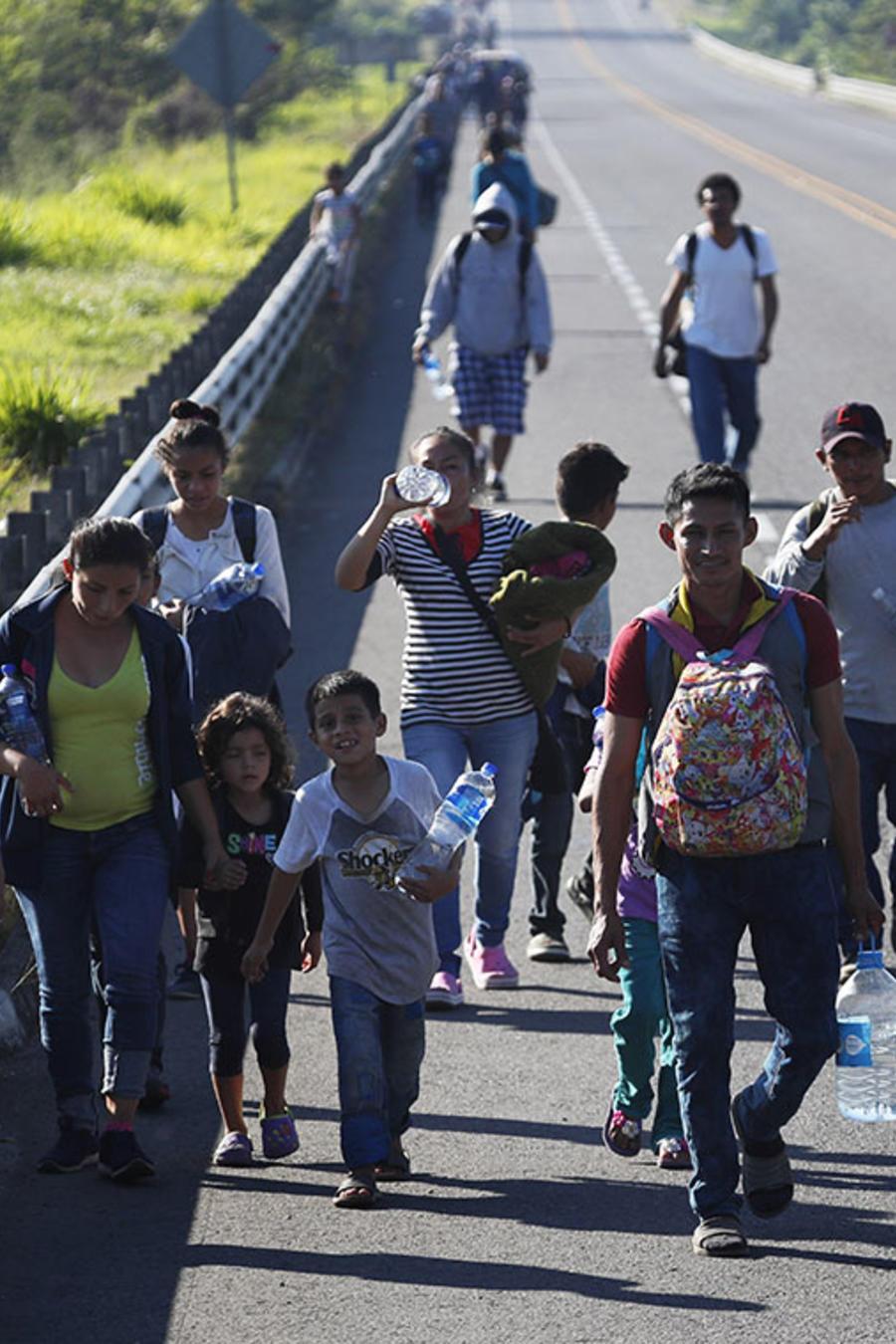 Varios migrantes hondureños caminan en Tapachula, Chiapas, con el objetivo de arribar a Estados Unidos.