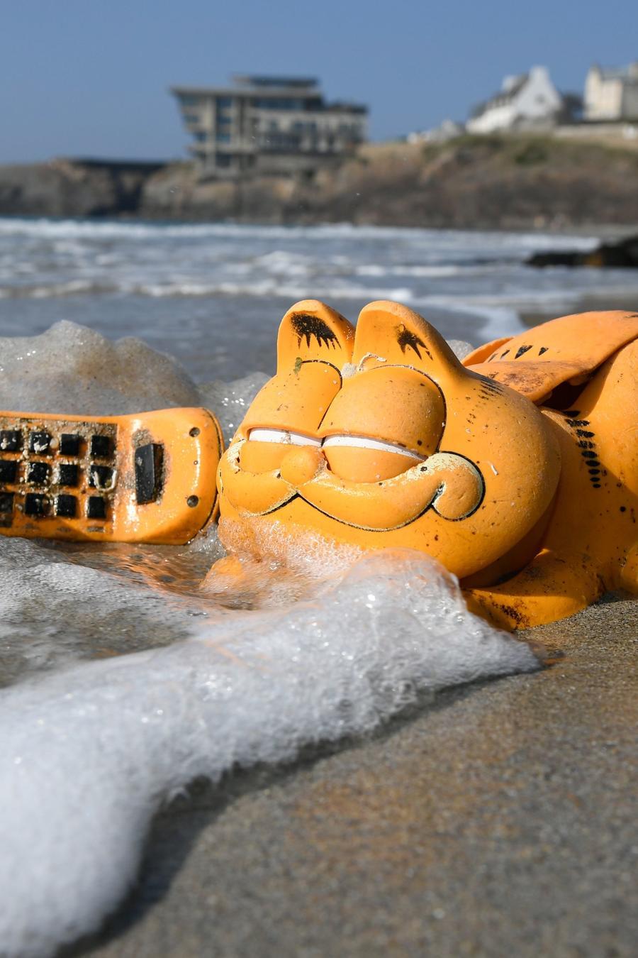 Un teléfono de plástico de Garfield es mostrado en la playa de Le Conquet en el occidente de Francia