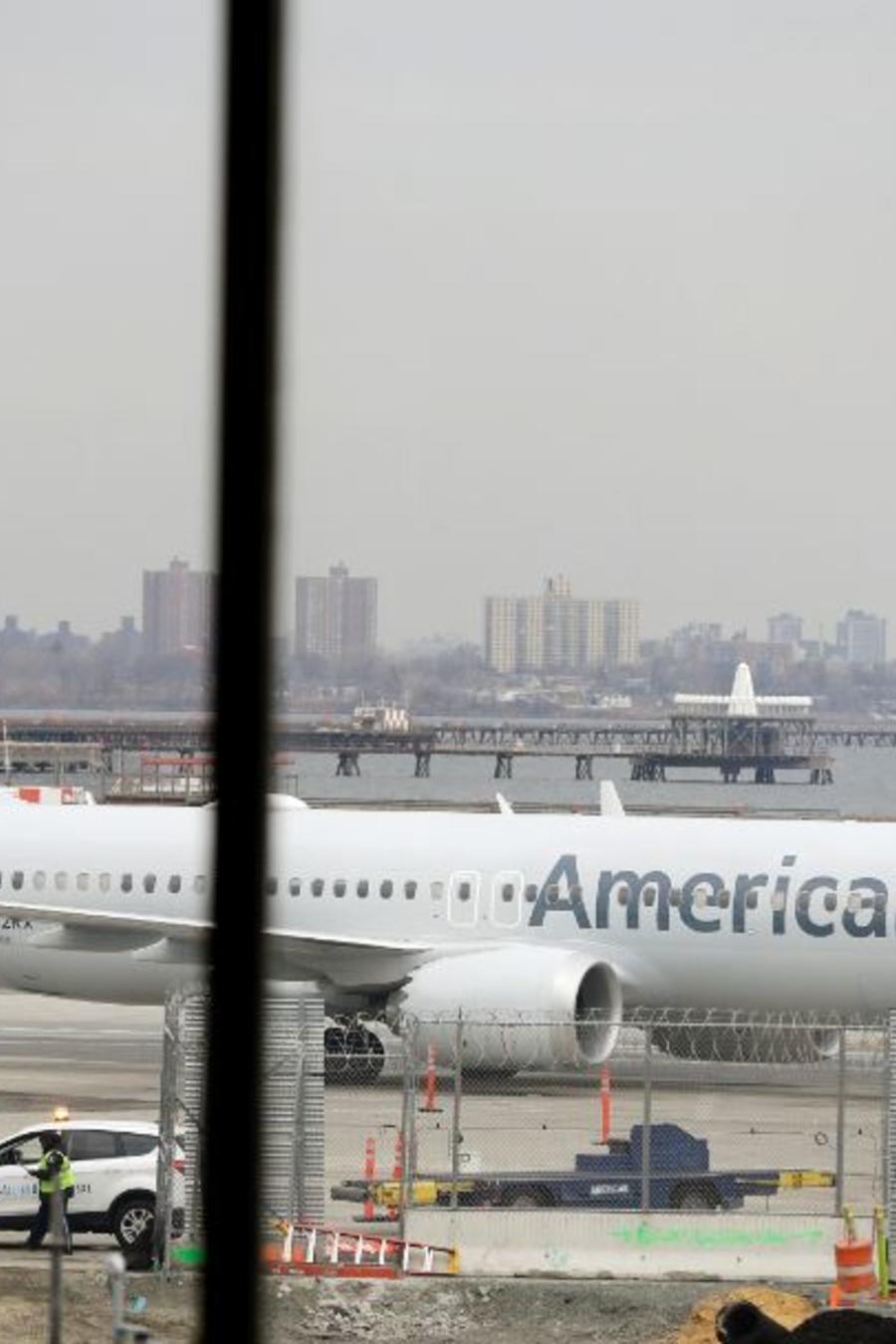Un Boeing 737 Max 8 de la compañía American Airlines a punto de aterrizar en el aeropuerto de LaGuardia en Nueva York