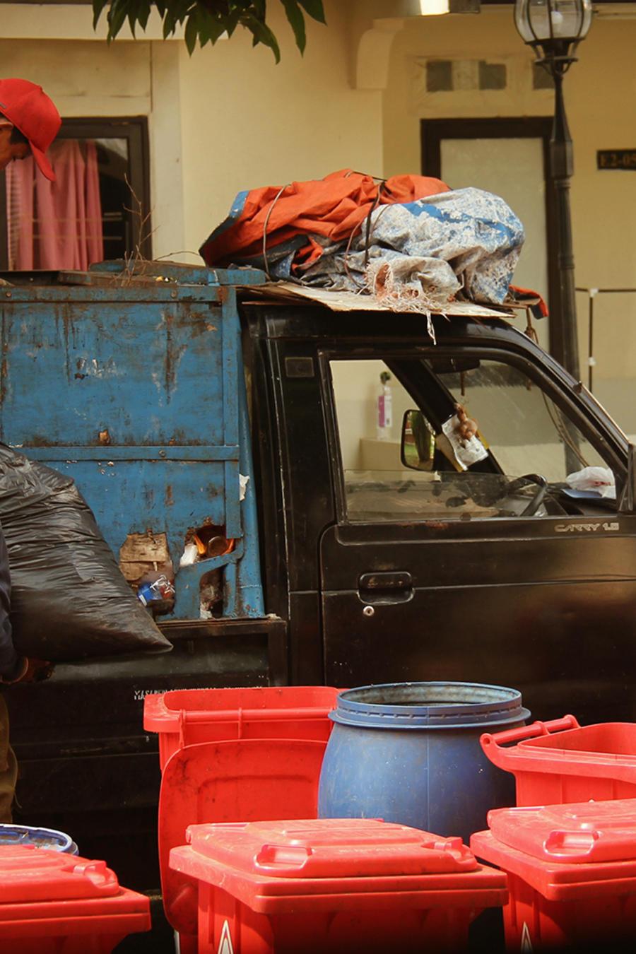 Hombres recolectando basura